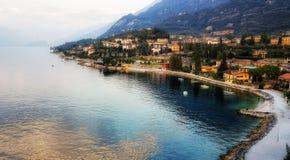 Opinião da vila do lago Garda foto de stock