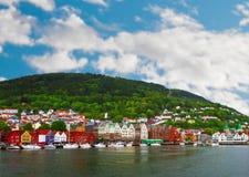 Opinião da vila e do mar em montanhas no fiorde de Geiranger, Noruega Imagens de Stock