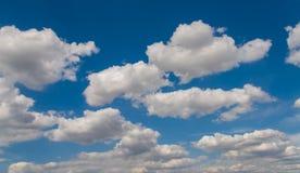 Opinião das nuvens do Whit e de céu azul imagens de stock royalty free