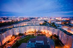 Opinião de área residencial na noite Blocos de planos e de luzes da cidade imagens de stock