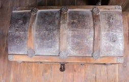 Opinião de ângulo alto da arca do tesouro com fechamento aberto imagem de stock