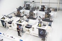 Opinião de ângulo alto da oficina da engenharia com máquinas do CNC Imagens de Stock