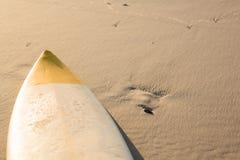 Opinião de ângulo alto da prancha na areia na praia Fotografia de Stock