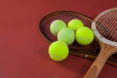 Opinião de ângulo alto de bolas de tênis com raquetes de madeira Fotos de Stock Royalty Free