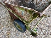 Opinião de ângulo alto de um carrinho de mão muito velho e oxidado mim Foto de Stock