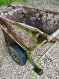 Opinião de ângulo alto de um carrinho de mão muito velho e oxidado mim Fotos de Stock