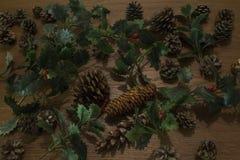 Opinião de ângulo alto de decorações do Natal no fundo de madeira fotos de stock royalty free