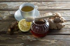 Opinião de ângulo alto do mel e do limão frescos com chá do gengibre na tabela foto de stock royalty free