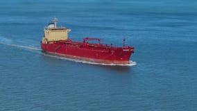Opinião de ângulo alto do navio de carga no oceano aberto filme