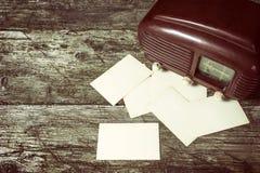 Opinião de ângulo alto do rádio e das fotos velhos Fotos de Stock