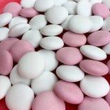 Opinião de ângulo alto dos doces de chocolate brancos e cor-de-rosa Fotografia de Stock Royalty Free