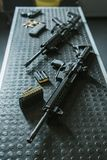 opinião de ângulo alto dos rifles com as balas na tabela na escala de tiro Fotografia de Stock