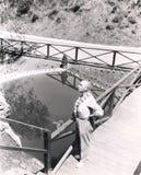 Opinião de ângulo alto o homem que está na lagoa de negligência da ponte foto de stock