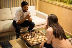 Opinião de ângulo alto os colegas de sorriso do negócio que jogam a xadrez Fotos de Stock