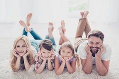 Opinião de ângulo alto parentes felizes da família de quatro pessoas, encontrando-se com cr fotos de stock