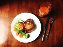Opinião de ângulo alto a refeição, a galinha e os vegetais Imagem de Stock