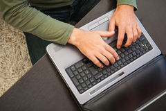 Opinião de ângulo alto um homem que datilografa no portátil Imagem de Stock Royalty Free