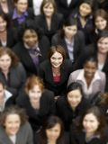 Opinião de ângulo alto uma mulher de negócios que está entre empresários multi-étnicos Fotos de Stock