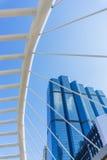 Opinião de ângulo da perspectiva e do lado de baixo à construção de vidro Imagem de Stock Royalty Free