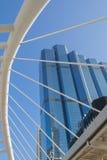 Opinião de ângulo da perspectiva e do lado de baixo à construção de vidro Fotografia de Stock Royalty Free