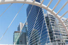 Opinião de ângulo da perspectiva e do lado de baixo à construção de vidro Fotografia de Stock