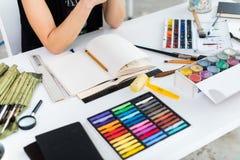 Opinião de ângulo do close-up de um esboço fêmea do desenho do pintor no bloco de desenho usando o lápis Artista que esboça no es fotos de stock royalty free