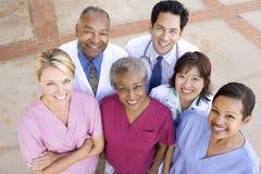 Opinião de ângulo elevado o pessoal hospitalar imagens de stock royalty free