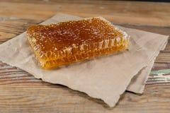 Opinião de ângulo Honey Comb no papel de Brown foto de stock royalty free