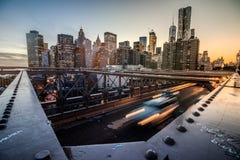 Opinião de ângulo larga de Manhattan da ponte de Brooklyn durante o por do sol Foto de Stock