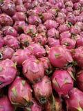 Opinião de ângulo larga de profundo vívido - dragonfruit orgânico fresco cor-de-rosa Imagens de Stock Royalty Free