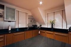 Opinião de ângulo larga de uma cozinha luxuosa moderna Imagem de Stock
