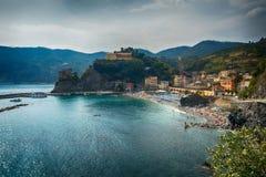 Opinião de ângulo larga de Monterosso, Itália imagem de stock