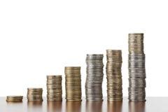 Opinião de ângulo lisa de ascensão empilhada das moedas Imagem de Stock Royalty Free