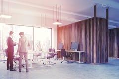 Opinião de ângulo de madeira do escritório do espaço aberto da parede, pessoa Imagem de Stock Royalty Free