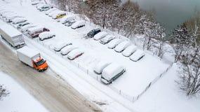 A opinião de Aerila de carros cobertos de neve está no parque de estacionamento em um dia de inverno Imagens de Stock Royalty Free