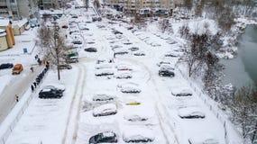 A opinião de Aerila de carros cobertos de neve está no parque de estacionamento em um dia de inverno Fotos de Stock Royalty Free