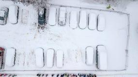 A opinião de Aerila de carros cobertos de neve está no parque de estacionamento em um dia de inverno Fotografia de Stock