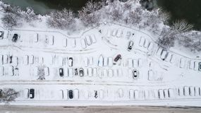 A opinião de Aerila de carros cobertos de neve está no parque de estacionamento em um dia de inverno Imagens de Stock