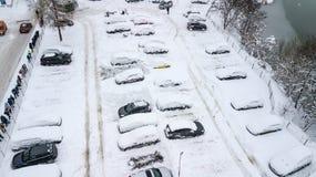 A opinião de Aerila de carros cobertos de neve está no parque de estacionamento em um dia de inverno Imagem de Stock Royalty Free