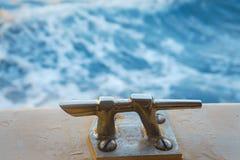 Opinião de Amaizing da parte de trás do barco em ondas de turquesa do mar Mar de adriático perto da cidade Dubrovnik na Croácia N imagem de stock