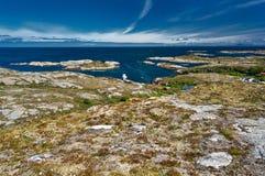 Opinião de Archipelag da ilha de Hitra ao Mar do Norte norueguês, ilha Hitra de Trondelag da região fotografia de stock