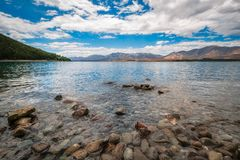 Opinião de baixo ângulo da costa rochosa do lago Tekapo Foto de Stock Royalty Free