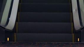 Opinião de baixo ângulo da escada rolante vídeos de arquivo