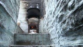 Opinião de baixo ângulo da grande bacia no fogão em uma sala feita da pedra filme