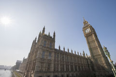 Opinião de baixo ângulo de Big Ben e da construção do parlamento contra o céu claro em Londres, Inglaterra, Reino Unido Fotografia de Stock