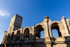 opinião de baixo ângulo do anfiteatro antigo famoso bonito de Arles fotografia de stock