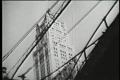 Opinião de baixo ângulo do arranha-céus atrás do metro elevado, os anos 30 vídeos de arquivo
