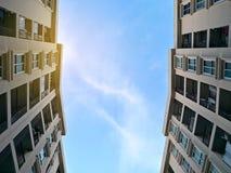 Opinião de baixo ângulo do condomínio ou do apartamento da construção residencial imagens de stock royalty free
