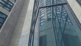 Opinião de baixo ângulo do prédio de escritórios com homem de negócios seguro vídeos de arquivo