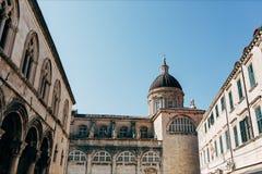 opinião de baixo ângulo do Virgin Mary Ascension Cathedral e do céu azul do espaço livre em Dubrovnik imagem de stock royalty free